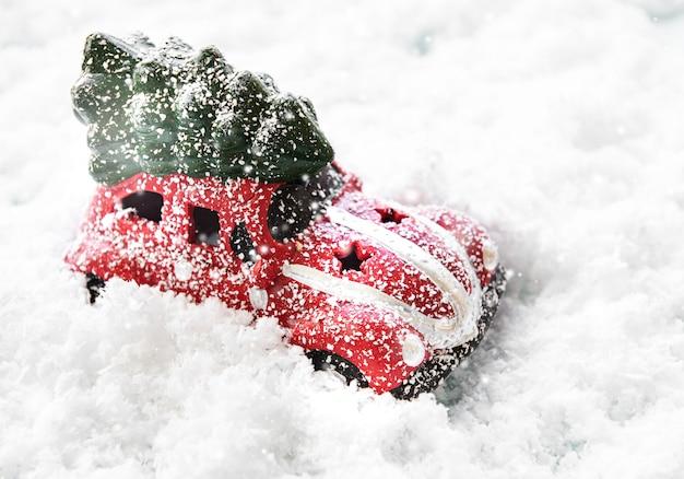 Voiture rouge jouet sur la neige