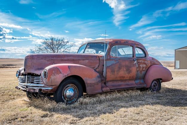Voiture rouge vintage abandonnée dans les prairies en saskatchewan