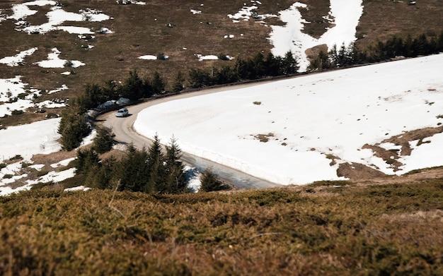 Voiture roulant sur route étroite dans le col de beklemeto, montagnes des balkans, bulgarie.