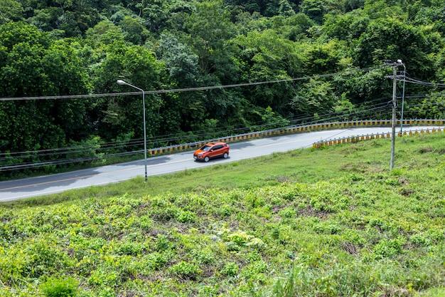 La voiture roule dans les collines depuis le barrage de san de kaeng krachan