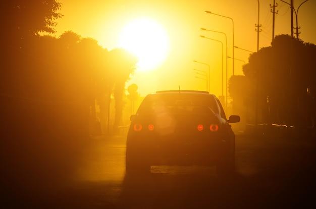 Voiture sur la route autoroute sur fond de coucher de soleil.