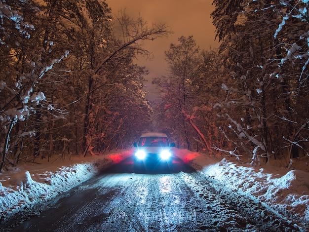 La voiture sur la route forestière. le soir la nuit
