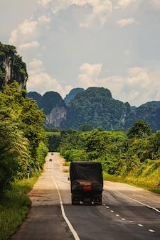 Voiture sur la route, thaïlande