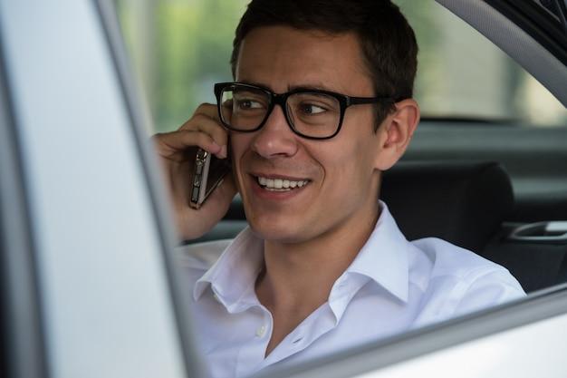 Voiture de siège arrière de téléphone d'homme d'affaires