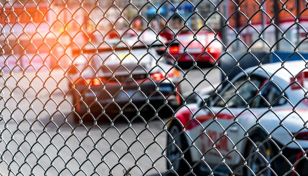 Voiture de sport automobile de course sur route asphaltée.