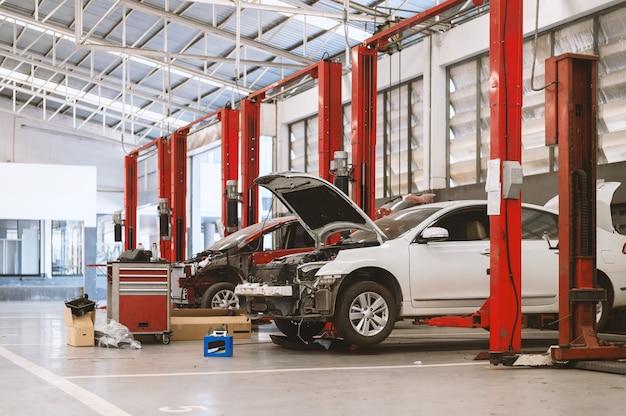 Voiture en station de réparation et atelier de carrosserie