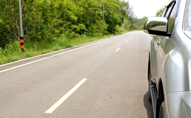 Voiture de suv argentée sur la route de campagne à la journée ensoleillée