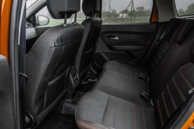 Voiture suv moderne à l'intérieur. sièges passagers arrière en cuir noir dans une voiture de luxe moderne. sièges en cuir confortables.