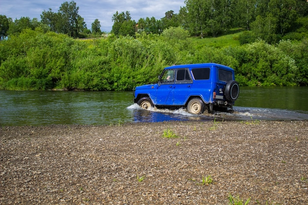 Voiture suv monte sur la rivière