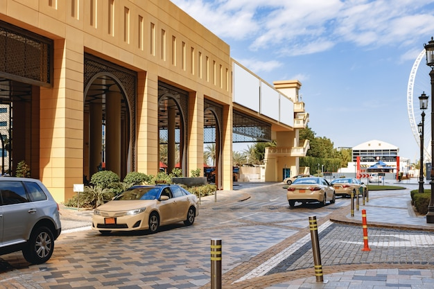 Voiture de taxi garée au centre-ville de la ville de dubaï. emirats arabes unis