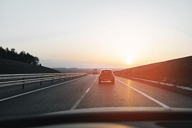 Voiture De Tourisme Roulant Sur Autoroute à L'aube Photo Premium