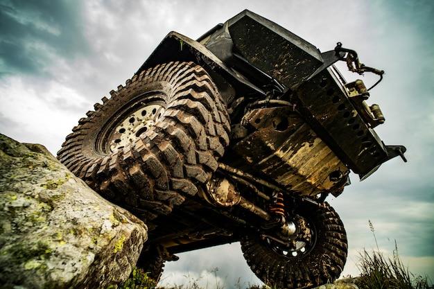 Voiture tout-terrain sur pneu de voiture de route de montagne pour tout-terrain