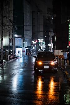 Voiture urbaine moderne dans la rue