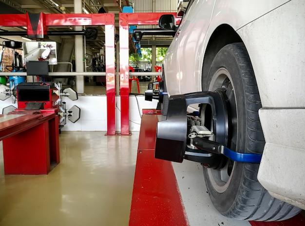 La voiture vérifie l'alignement des roues sur les capteurs de roue