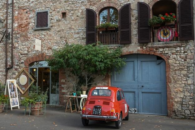 Voiture vintage sur la rue contre le bâtiment, radda in chianti, toscane, italie