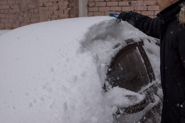 Voitures après une chute de neige. essuie-glace relevé.