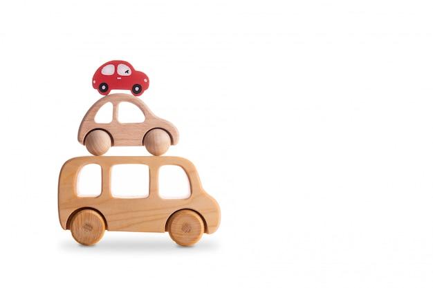 Des voitures en bois pour enfants se tiennent l'une sur l'autre