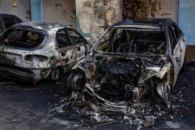 Voitures brûlées dans la rue