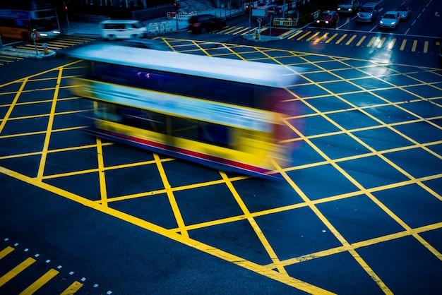 Voitures Conduisant Par Le Jaune Pas D'aire De Stationnement Photo gratuit