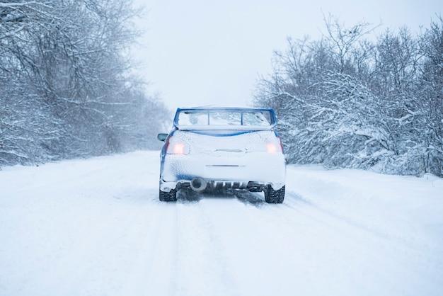 Voitures couvertes de neige en hiver, temps orageux à l'extérieur