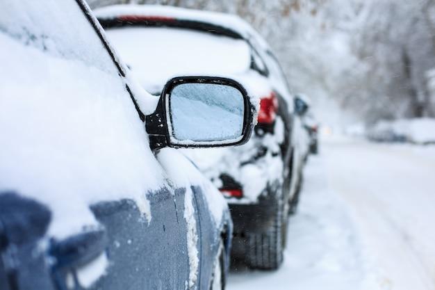 Voitures couvertes de neige