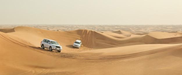 Voitures dans un désert