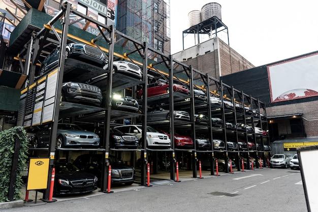 Voitures dans le parking vue de côté