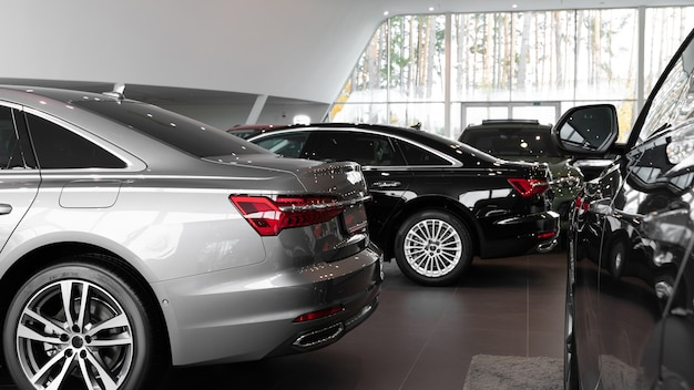 Voitures dans la salle d'exposition voitures de luxe à l'intérieur d'un concessionnaire automobile