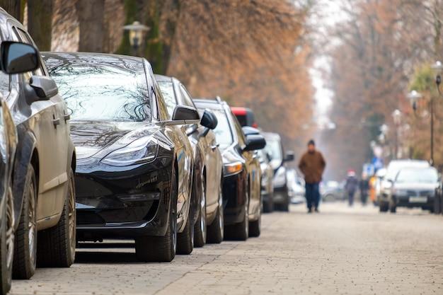 Voitures garées d'affilée sur une rue de la ville.