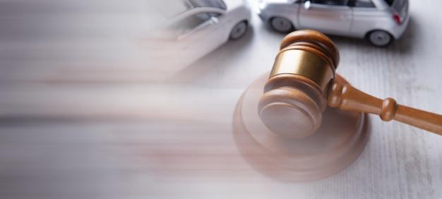 Les voitures et le marteau du juge