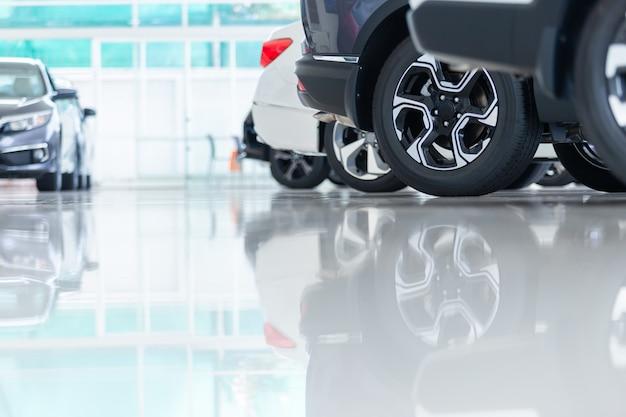 Voitures neuves en stock. voitures de concessionnaire automobile à vendre dans la salle d'exposition.
