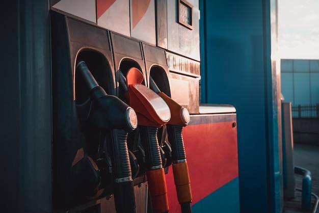 Les voitures-pompes de la station-service font le plein