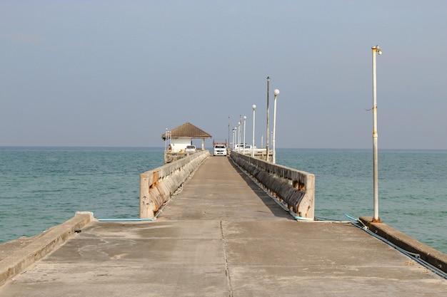 Voitures sur le pont en béton de pêche en mer.