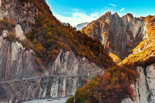 Voitures sur une route de montagne dangereuse