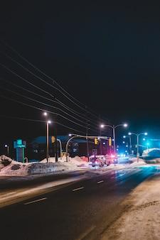Voitures sur route pendant la nuit