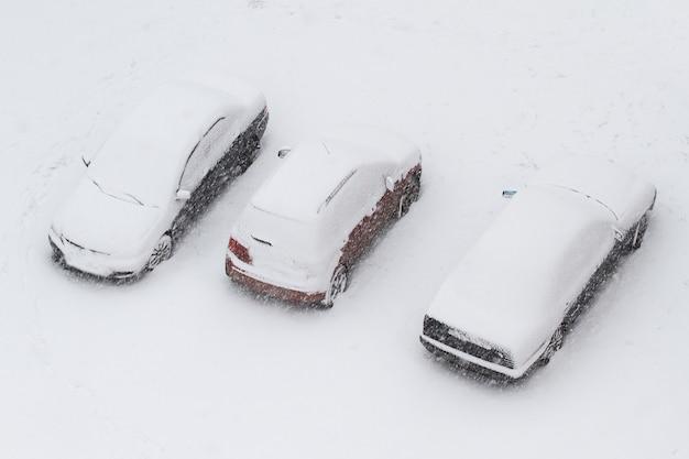 Voitures sous la neige - vue d'en haut