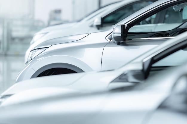Voitures à vendre, industrie automobile, parking concessionnaire voitures.