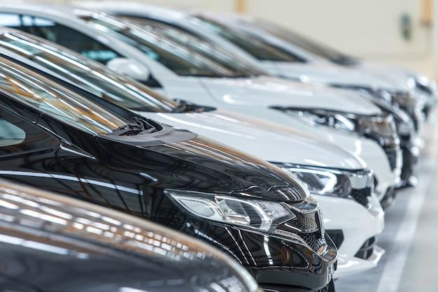 Voitures à vendre stock lot row. inventaire des concessionnaires automobiles