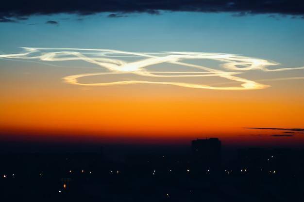Vol acrobatique sur la ville à l'aube. l'aviateur a effectué des cascades complexes.