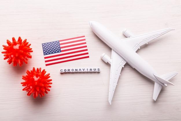 Vol annulé en raison du concept covid-19 de la maladie des coronavirus. composition à plat avec drapeau américain, cellules de coronavirus et modèle d'avion.