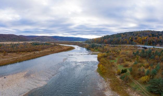 Vol au-dessus de la rivière de montagne d'automne, des feuilles colorées et du ruisseau striy dans les montagnes des carpates