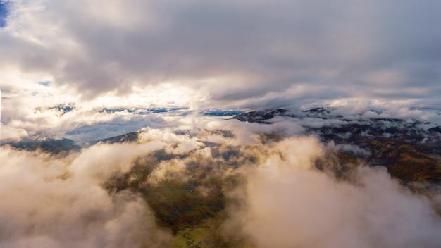 Vol d'automne à travers le ciel bleu dans les montagnes d'automne des carpates,