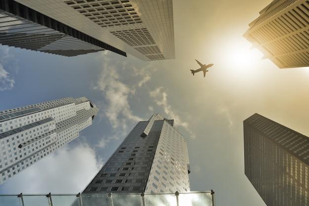 Vol en avion au-dessus d'un bâtiment moderne l'après-midi.