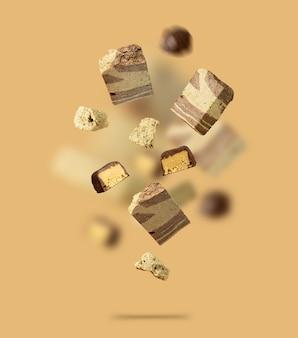 Vol coloré dans l'air carte de bonbons recouverts de chocolat halva flottant avec un délicieux bonbon oriental