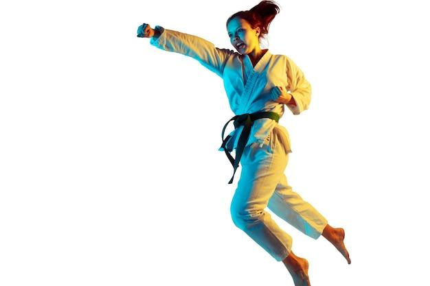 Vol. confiant junior en kimono pratiquant le combat au corps à corps,