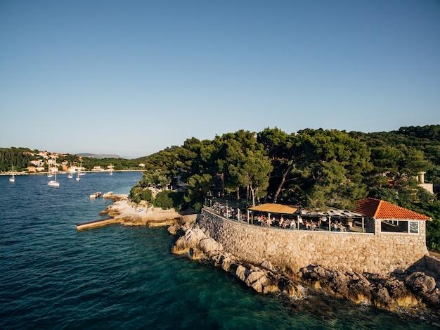 Vol de drone près de l'île de kolochep croatie yachts amarrés en mer la côte