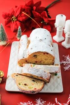 Vol de noël sur fond rustique. dessert traditionnel de pâtisserie de fête de noël de l'allemand. volé pour noël, red concept