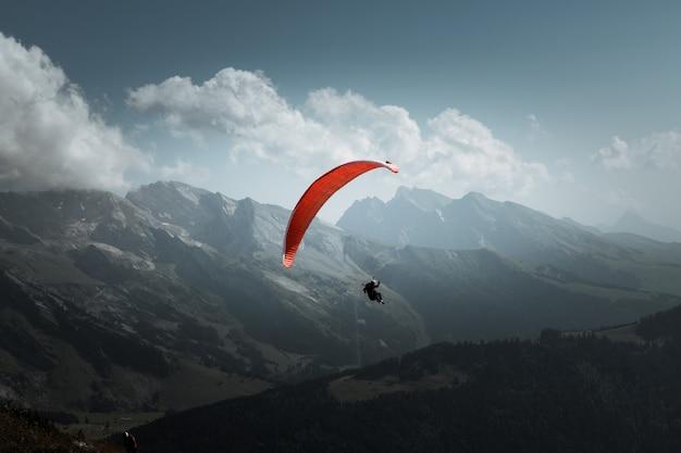 Vol en parapente en montagne. le grand-bornand, haute-savoie, france