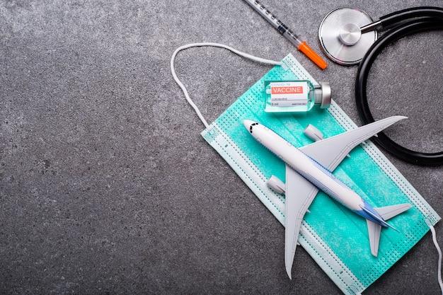 Vol de vaccin pour certificat avant votre vaccination.vaccination à l'embarquement avant le voyage.protection avec votre masque et contrôle de santé coronavirus.sécurité de l'aéroport et prévention du coronavirus.
