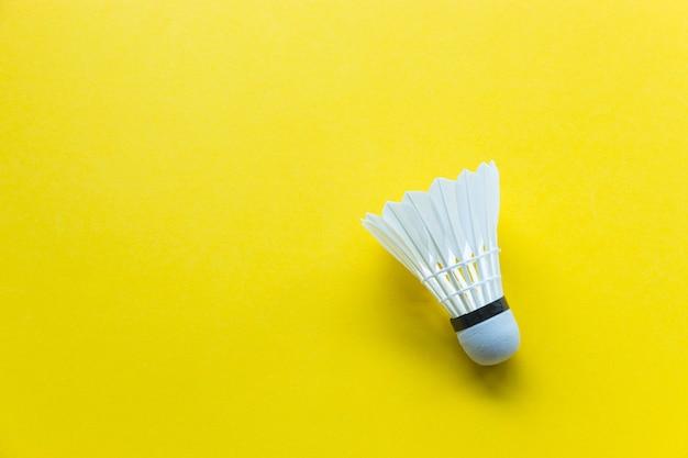 Volant de badminton sur fond jaune